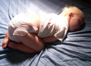 schlafendes Baby auf Kindermatratze