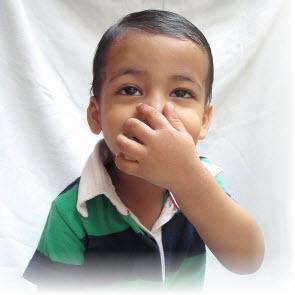 Kind hält Nase zu